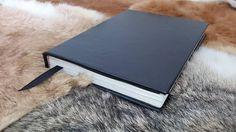Caderno com capa de couro pelica, folhas A5 e encadernação manual.