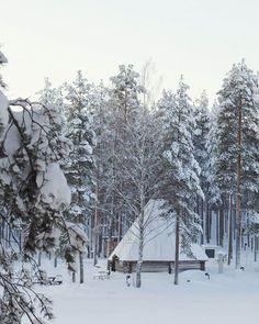 Rantakodan ulkopuoli on saanut lumipeitteen päällensä ❄ Kodan sisällä taasen riittää tunnelmaa 🔥☺ #rantakota #rokuahealthspa #rokua #kotaravintola #kota #cabinet #kokous #luonnonhelmassa #elämyskokous #tunnelma #talvi #lumipeite #winter #finland #snow #visitrokua #rokuageopark