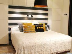 sovrum,svart,vitt,gult,grått,orange,randig tapet,ferm living,desenio,ikea,åhlens,sänglampor,spotar,tavellist,skåp,förvaring,bestå