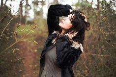 Look manteau fausse fourrure, robe imprimée.  Look mode, forêt shooting photo
