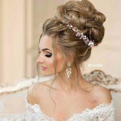 Свадебная прическа из собранных волос сделает невесту изящной и элегантной, открывая плечи и шею- предмет восхищения поэтов и художников всех веков. Собранные волосы в виде пучка - остаются в тренде свадебной моды не один год. Это может быть высокий пучек или низкий, идущий по шее, главное он должен гармонично вписываться в образ невесты. #wedding1758 #amazing #weddinghair #hair #hairstyle #weddingphoto #weddingmakeup #свадьба #свадебныепрически #прическа…