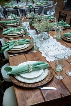 Check out this gorgeous cabin wedding. Amazing boho-chic wedding in the forest with sage green and pearl details. Rustic Baby, Rustic Chic, Boho Chic, Rustic Decor, Cabin Wedding, Wedding Table, Wedding Mandap, Forest Wedding, Wedding Receptions