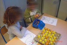 Dino eieren: Verzamel eitjes van kindersuprise. Stop in elk eitje een letter. Je kan werken met geschreven letters of drukletters. Bied hierbij blaadjes aan: zoals te zien is op de tekening, een dino waarbij de kleuters telkens 1 vakje inkleuren, of een kaart met daarop de letters..