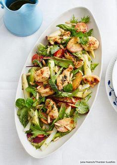 Anziehend gegensätzlich: Ofengeröstete Kartoffeln, Avocado und mariniertes Huhn geben Kräutern und zartem Spargel Substanz.