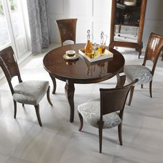 Blask jadalni. Stół Mizar, krzesła Fiore, witryna Luna.