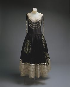 Jeanne Lanvin dress ca. 1924 via The Costume Institute of the Metropolitan Museum of Art 20s Fashion, Moda Fashion, Art Deco Fashion, Fashion History, Vintage Fashion, Fashion Black, Vintage Beauty, Victorian Fashion, Dress Fashion