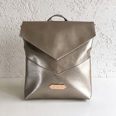 HVN Backpack is a faux leather backpack with clear, minimalist design, with adjustable shoulder straps and a top handle. Perfect piece for school, and work. Elegant, but not too much. :) Size: 35x33X6 cmLining: cotton, with inner pocketA HVN Backpack a tökéletes hátizsák, ha valami elegánsra, mégis egyszerűre van szükséged, akár az iskolába, akár a munkahelyedre. Záródása cipzárral, és mágneszárral megoldott. Bélésén belsőzseb található.Mérete: 35x33X6 cmAnyaga: műbő...