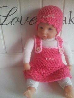 Nadat de luiers gemaakt waren leek het me wel leuk om voor dochterlief haar poppenkind ook zelf kleertjes te gaan maken. dus even ...