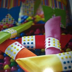 Cute napkin ring idea for a child's party using those candy dots! Fun for a Candyland party or just for some color! 80s Birthday Parties, 30th Birthday, Birthday Ideas, Bat Mitzvah Party, Bar Mitzvah, Bat Mitzvah Themes, Dots Candy, Candy Buttons, Candy Land Theme