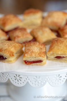 Easy Guava Pastries Recipe - The easiest and best Pastilitos recipe around! You have to taste just how delicious these Easy Guav - Guava Desserts, Cuban Desserts, Köstliche Desserts, Mexican Food Recipes, Delicious Desserts, Dessert Recipes, Drink Recipes, Dinner Recipes, Boricua Recipes