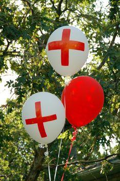 Globo decorado con cruces para fiesta temática de enfermeras. #FiestaTematica