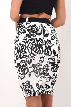 Slimming pencil skirt with slight stretch, making it amazingly comfortable. Metallic belt included.