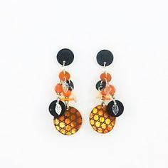Cette paire dependants est légère et si brillante avecson jeu de reflet entre Nacre, Perles de Verre à facettes et petites Pièces de Métal... Joli camaïeu d' orange.Originale, la paire de boucles d' oreillesAurel est un bijo