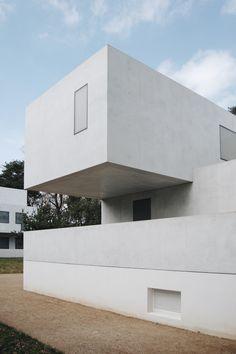 In einem kleinen Kiefernwald in Dessau unweit des Bauhaus gelegen entstanden unter der Ägide des Direktors Walter Gropius selbst die Meisterhäuser, in denen die Lehrer der großen Gestaltungsschule …