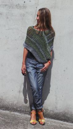 Basic Outfits, Mode Outfits, Crochet Shawl, Knit Crochet, Grey Poncho, Poncho Knitting Patterns, Knitted Cape, New Years Eve Outfits, Look Fashion