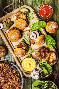 Co si budeme povídat, není nic horšího než pít na lačný žaludek. A obzvláště na oslavu příchodu nového roku to chce něco pořádného do bříška! Zkuste miniburgery, cibulový dip a křenové závitky! Party Dishes, Avocado Toast, Food Art, Tapas, Food And Drink, Menu, Cooking Recipes, Fruit, Breakfast