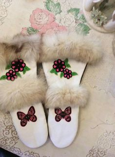 Gorgeous white gauntlets Sewing Leather, Leather Craft, Indian Boots, Beading Patterns, Beading Ideas, Skull Pictures, Candy House, Native Beadwork, Mittens Pattern