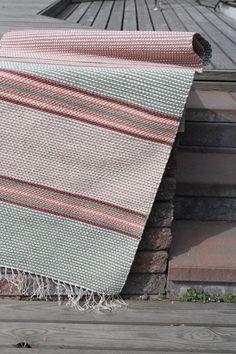 Perinteisillä raitakuvioilla trikoomatonkuteilla kudottu palttinainen räsymatto. Vanhanajan matto (3298) Mallikerta nro 3/2009.