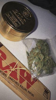 Smoking Kills, Girl Smoking, Smoking Weed, Bad Boy Aesthetic, Badass Aesthetic, Cannabis, Rauch Fotografie, Drugs Art, Stoner Girl
