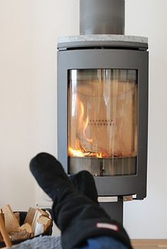wood stove Fireplace Screens, Fireplace Wall, Tiny Wood Stove, Stove Heater, Cast Iron Stove, Wood Stoves, Light My Fire, Alternative Energy, Wood Burning