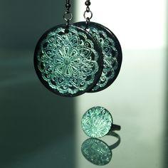 Fimo orient XXVI. Fimo korálek o průměru 4cm. Základ ječerná placka s otiskem tyrkysového pudru. Sada s náhrdelníkem.  - polymer by teruberu