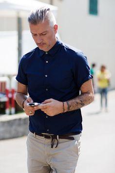 The Sartorialist // @Nicole Novembrino Burneo te gusta el pelo?... y el bigote?... y los tatuajes? 下手に着ると野暮ったくなりやすい半袖シャツも着方次第で、大きく印象を変えることができます。袖のロールアップ、ボタンを一番上までとめる、シャツをパンツにインする、この3点で見せ方を変えることが可能です。3点全てやらなくてもお好きなものを1、2点やるだけでも印象が変わるので、おすすめです。