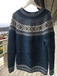 I en av Fjorden Cowboys-episodene har Lothepus på ein fin blå og grå genser. Oppskrift ligg gratis på dale.no og jeg har strikket til min ma...