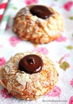 Biscuits aux amandes effilées, fourrés au chocolat! Eid Food, Biscuit Cookies, Beignets, Sorbet, Macarons, Doughnut, Cheesecake, Food And Drink, Gluten