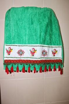 LABORES DE LILIANA: Toallas de Navidad en punto de cruz Liliana, Crochet, Garden Design, Towel, Cross Stitch, Arts And Crafts, Blanket, Christmas, Ideas