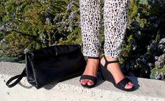 Las sandalias de este color en el armario, son una pieza clave que puede ir con todo. Me encanta las piedras de strass, aportan el toque de luz a la sobriedad que siempre tiene el color negro. Pantalon baggy animal print y croptop negro de naf naf #Fashionblogger #modamujer #looksummer #lookoftheday #sandalsblack  #animalprint  #croptop  #blogofspain #modafemenina   #mimundodecolorblog