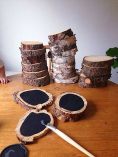 "Blackboard paint tree slices for natural mark making on the go. Great outdoor mark making idea: ""Slice a log and use the pieces to create free chalkboard c Tree Slices, Wood Slices, Diy Tableau Noir, Blackboard Paint, Chalk Paint, Kitchen Blackboard, Chalk Wall, Kitchen Wood, Kitchen Tables"