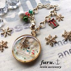 画像5つ目 冬物語 レジンの記事より Diy Resin Crafts, Xmas Crafts, Uv Resin, Resin Art, Resin Jewelry, Jewellery, Resin Charms, Christmas Jewelry, Ball Ornaments