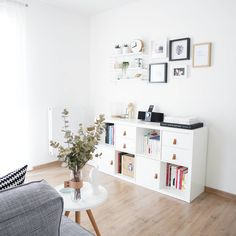 The IKEA Kallax collection Storage furniture is an important element of any home. Fashionable and wonderfully simple the shelf Kallax from Ikea , for ex Etagere Kallax Ikea, Ikea Kallax, Kallax Shelf, Ikea Shelving Unit, Ikea Inspiration, Ikea Living Room, Inside Home, Home Bedroom, Bedroom Office