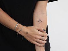 Cocoschwarz handgestochenes Tattoo. Unterarm, Hand und Finger.