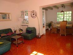 Maison à vendre dans coin très recherché du 12ème (entre St Julien et les 3 Lucs) de 135m² + 2 annexes de 30m² chacunes + 1 garage le tout sur 665m² de terrain. Elle se compose de: - 3 Chambres (14,12 et 12m²) - 2 salles de bain - 1 salon / salle à manger de 35m² - 1 Cuisine séparée (qui peut être ouverte sur le salon) de 10m² - 2 terrasses (13 et 10m²) - grenier aménageable de 75m² Quelques travaux de mises aux gouts du jour sont à prévoir. Pour plus de renseignements: Prix FAI: 450…