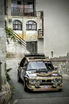 Lancia Delta S4 Team Grifone Fabrizio Tabaton/Luciano Tedeschini Splendido passaggio tra le case