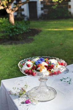 Minipavlovat, sesongin tuoreet marjat sekä pallo jäätelöä ja nokare kermavaahtoa muodostavat kesän suloisimman jälkiruoan. Täydellinen pavlova on pinnalta rapea ja sisältä herkullisen sitkeä. Kehäkukan terälehdet ja ruiskaunokit koristavat annoksia. Minipavlovat leivotaan Sikke Sumarin herkullisella ohjeella. Pavlova, Table Decorations, Desserts, Tailgate Desserts, Deserts, Postres, Dessert, Dinner Table Decorations, Plated Desserts