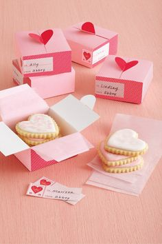 Valentine - Treat Boxes - Heart. Cute way to give cookies to friends! #cookiecuttercom #treatbox #ValentinesDay
