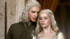 28 maart 2013: Bitter. Foto: Harry Lloyd als de verbitterde prins Viserys Targaryen die zijn zus Daenerys Targaryen (Emilia Clarke) wil gebruiken als middel om zijn troon terug te krijgen in Game of Thrones (2011– )