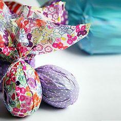 Manualidades fáciles para decorar los huevos de pascua. Manualidades divertidas para hacer con niños esta Semana Santa. Descúbrelo en Charhadas.