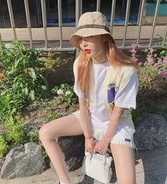 Even on moments she is just casually strolling the street, Hyuna's outfit still calls attention to her love for sultry style. Triple H, Hyuna Fashion, Fashion Outfits, Divas, Rapper, Harajuku, Hyuna Kim, Grunge, Indie