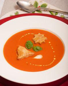 Nogop zoek naar een makkelijk voorgerecht om tijdens het kerstdiner te serveren? Deze tomaten-crèmesoep is de meest eenvoudige soep die je maar kunt maken.