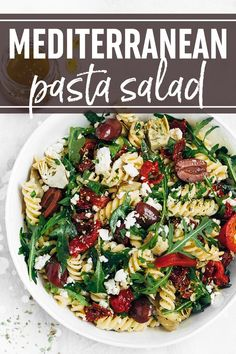 An easy Mediterranean Pasta Salad Recipe tossed in a homemade Italian dressing! Perfect for quick lunches, picnics, BBQ's, and weeknight dinners. Easy Salad Recipes, Easy Salads, Pasta Recipes, Vegetarian Recipes, Recipe Pasta, Pie Recipes, Quick Easy Meals, Easy Dinners, Mediterranean Pasta Salads