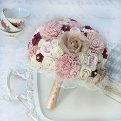 mazzi-di-fiori-bellissimi-stoffa-toni-tenui-accenti-rossi-perle-decorazioni