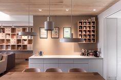 14 - sala de jantar com mesa de madeira