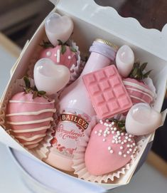 Strawberry Box, Strawberry Shortcake, Kreative Desserts, Chocolate Covered Treats, Dessert Boxes, Baking Business, Sweet Box, Cupcakes, Chocolate Hearts