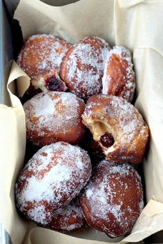 Bakery Style Peanut Butter and Jelly Doughnuts- covered in sugar, oozing with a sweet, creamy peanut butter + jelly center Just Desserts, Delicious Desserts, Yummy Food, Donut Recipes, Cooking Recipes, Breakfast Recipes, Dessert Recipes, Cake Recipes, Picnic Recipes