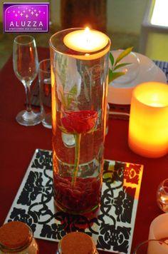 Centro de mesa de cilindro de vidrio con gema color rojo y vela flotante. ALUZZA.