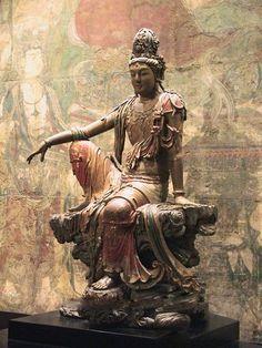 Meer dan levensgroot Kwan Yin bodhisattva beeld (11e-12e eeuw  BC). Kwan Yin  is de Chinese interpretatie van de bodhisattva Avalokiteśvara (de godin van troost en genade). Daarnaast wordt ze in het taoïsme gezien als een onsterfelijke. Kwan Yin is de godin van mededogen en de zee.  (Nelson-Atkins Museum of Art, Kansas City)
