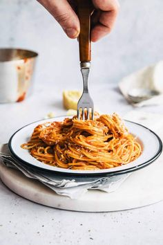 Spaghetti Marinara or Easy Tomato Pasta Sauce is an incredibly easy midweek dish, that's made in just 15 minutes. Rich in flavor, vegan and dairy free. Yummy Pasta Recipes, Clean Recipes, Dinner Recipes, Healthy Recipes, Pot Pasta, Pasta Dishes, Fusilli, Easy Tomato Pasta Sauce, Linguine